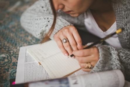 femme écrivant.jpg